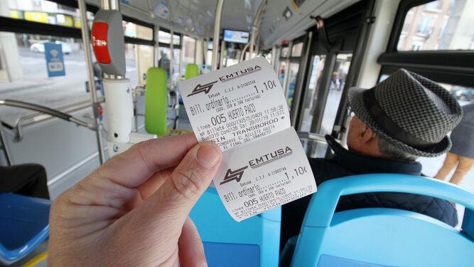 Ya es posible pagar con el móvil los billetes sencillos de autobús en Huelva