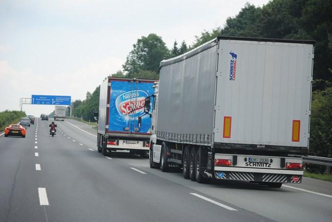 Camiones circulan por una carretera.