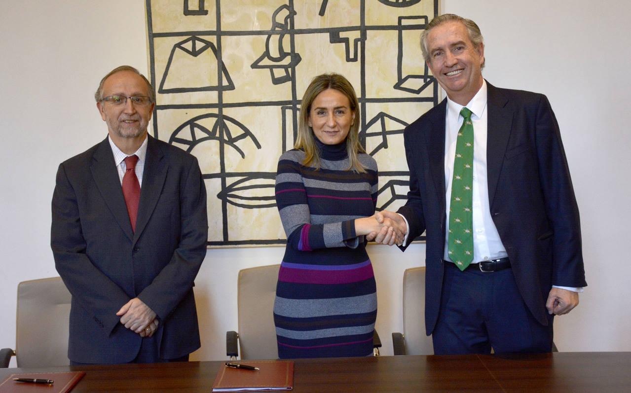 Milagros Tolón firma el nuevo contrato del servicio de autobús en Toledo