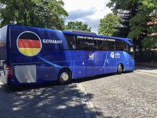 Alemania Sub-21 celebra su victoria en la Euro en un Mercedes Tourismo