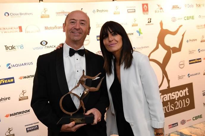 Robin Easton, Director de DAF Trucks UK, en la ceremonia del 'Camión de flota del año', junto a Claudia Winkleman, anfitriona de los MT Awards.