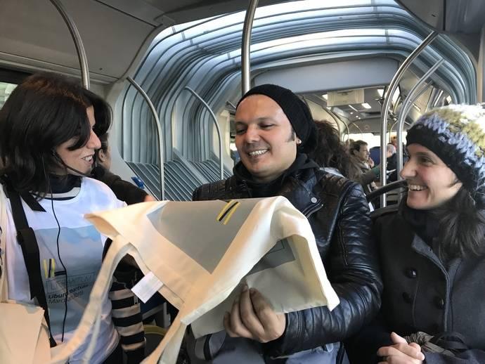 'Marchando libros' reparte ejemplares entre los viajeros de Dbus durante Literaktum