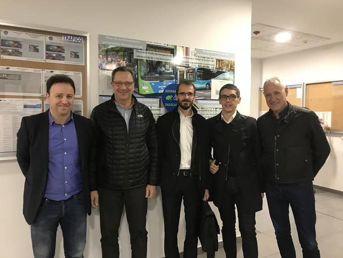 Dbus recibe la visita a sus instalaciones de una delegación de TMB