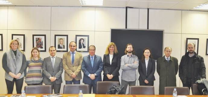Foto de familia de los participantes en la reunión.