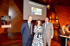 Ana Isabel González, presidenta del Centro Español de Logística, y José Estrada, director general del CEL, recibieron el premio