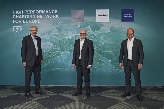 Daimler, Traton y Volvo planean ser pioneros en una red europea de carga de alto rendimiento para camiones pesados
