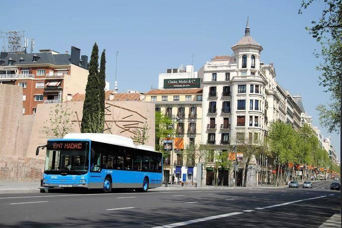 Un autobús de la EMT de Madrid circula por la céntrica Calle Serrano, de la capital.