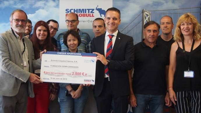 Jordi Romero, gerente de Schmitz Cargobull Ibérica (centro) hace entrega del cheque a Enrique Solado, presidente de la Fundación Down Zaragoza (izquierda).