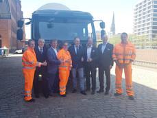 Ponentes del acto y trabajadores de Stadtreinigung Hamburg con el FE Electric.