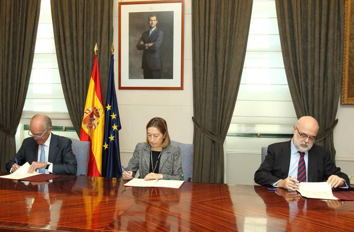 De izquierda a derecha Gonzalo Ferre, presidente de Adif; Ana Pastor, ministra de Fomento; y Andrés Barceló, director general de la Unión de Empresas Siderúrgicas (Unesid).