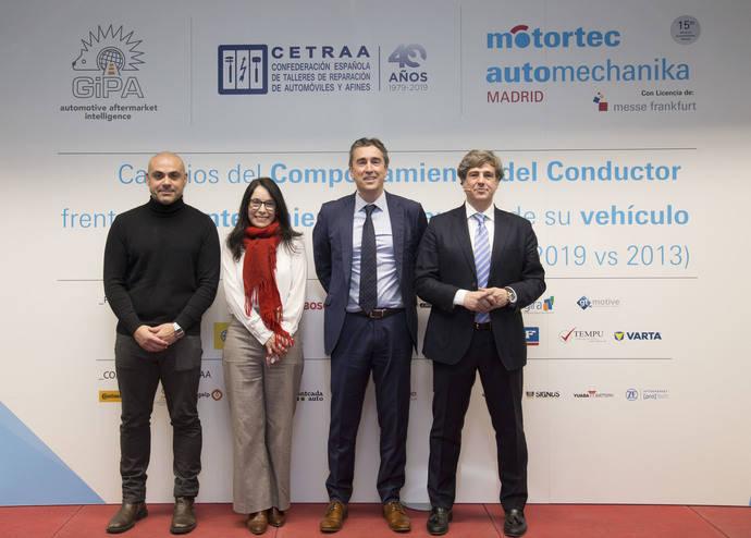 De izquierda a derecha de la imagen, aparecen por parte de Cetraa, Juan Francisco Calero y la Secretaria General de la Asociación, Ana Ávila; el Director de Motortec, David Moneo, y Fernando López, CEO de Gipa.