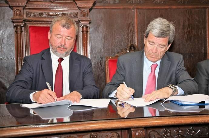 El alcalde de Sagunto, Francesc Fernández y el presidente de la Autoridad Portuaria de Valencia (APV), Aurelio Martínez, en la firma del acuerdo.