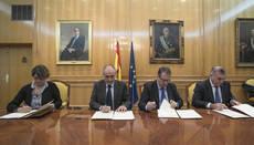 Los representantes de las tres administraciones firman este acuerdo.