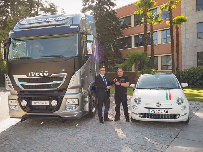 Gaetano de Astis, director de Iveco para España y Portugal, entrega el premio al ganador.