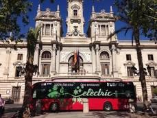 El autobús eléctrico de EMT Valencia a las puertas del ayuntamiento