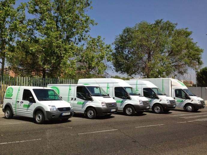 Varios tipos de vehículos de transporte.