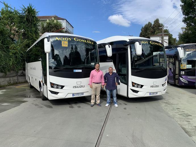Autos Gonzalez de Orense recibe tres unidades Isuzu de Mobility Bus