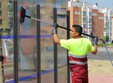 EMT de Madrid cambia el método de limpieza de las marquesinas por uno más ecológico