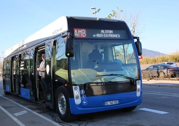 Aptis, una mezcla de autobús y tranvía, llega, en modo prueba, a Barcelona
