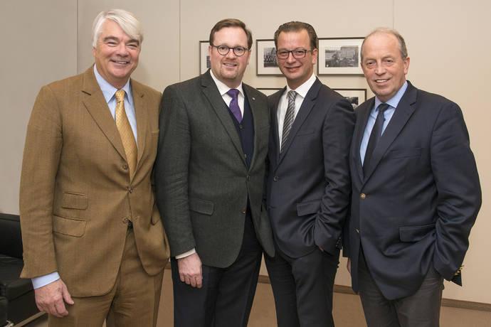 El nuevo CFO del Grupo Krone, David Frink (segundo desde la derecha) con (desde la izquierda) Philip von dem Bussche, presidente del consejo de supervisión, Bernard Krone y Alfons Veer.