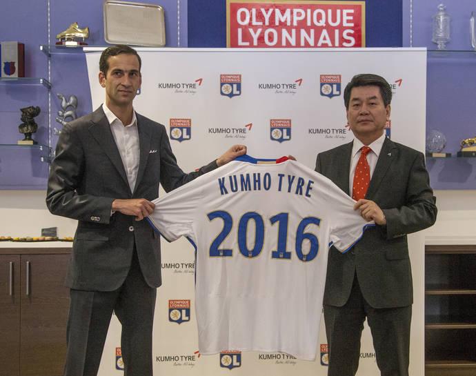 Un representante del equipo francés y otro de la marca surcoreana posan tras sellar el acuerdo.