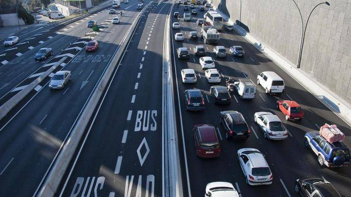 Fomento adapta un carril de la A2 como Bus-VAO