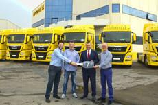 Representates de Capitrans y MAN en la entrega de camiones.