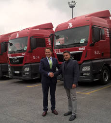 Ricardo Escudero de MAN Truck & Bus Iberia y Miguel Angel Martín, vicepresidente del Grupo San José López (de izquierda a derecha)