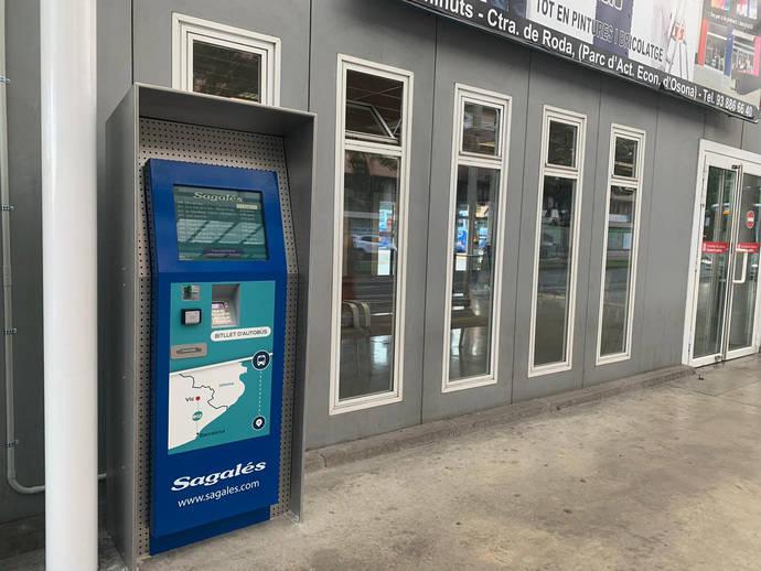 Nueva máquina permite a los usuarios del bus exprés.cat Vic-Barcelona (e12) comprar billetes sencillos en formato código QR en la estación