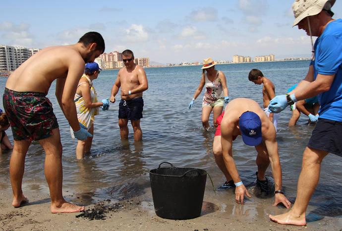 DFM colabora con la retirada de residuos en La Manga