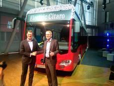 Till Oberwörder, presidente de Daimler Buses y Hartmut Schick, ex presidente.
