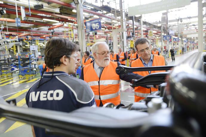 El comisario europeo Miguel Arias Cañete recorre las instalaciones de Iveco en Madrid