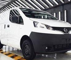 La presidenta del Gobierno balear, Francina Armengol, probó uno de los vehículos que Nissan ha proporcionado al gobierno.