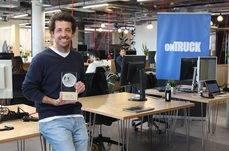 Iñigo Juantegui, CEO y cofundador de la compañía, posa con el Premio Lean & Green.