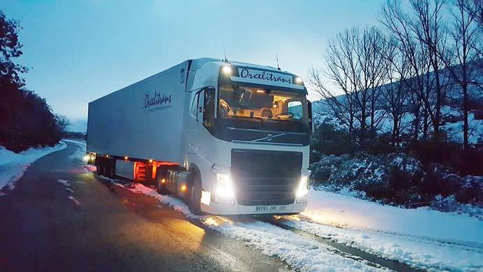 Un camión de Orcelitrans en una carretera nevada.