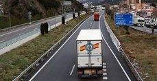 Un camión de mercancía cerca de la frontera con Francia.