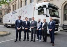 De izq. a dcha.: Joachim Drees, Alexander Doll; Tobias Miethaner del Ministerio de Transporte e Infraestructura Digital; Andy Kipping, conductor de camiones de DB Schenker; y Sabine Hammer y Christian Haas.