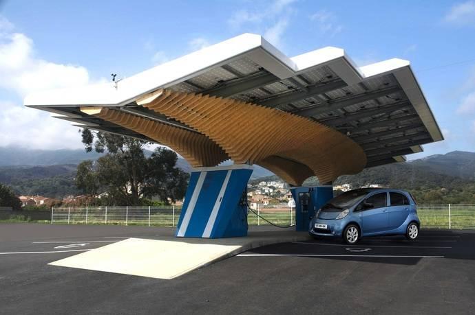 No basta con crear coches eléctricos: Peugeot fabrica una estación eléctrica solar