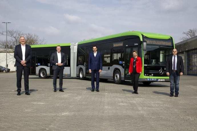Mercedes-Benz entrega los primeros autobuses articulados eléctricos a Üstra