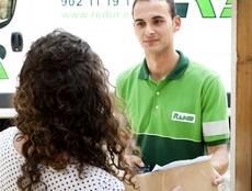 Profesional del Grupo Redur haciendo una entrega