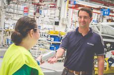 Iveco integra a siete personas con discapacidad en su fábrica de Valladolid