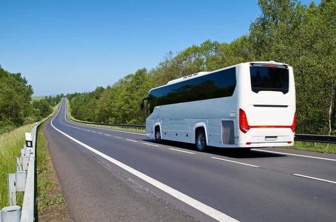 Un autocar recorre una carretera europea.