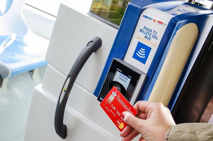 El billete de autobús ya puede pagarse en Madrid con tarjeta bancaria sin contacto