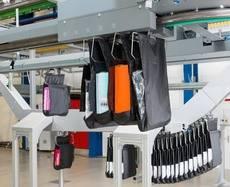 Clasificación y almacenamiento en búfer intermedio de prendas.