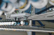 Aplicaciones en industria de automoción y líneas de producción, en este caso, con botes de silicona.