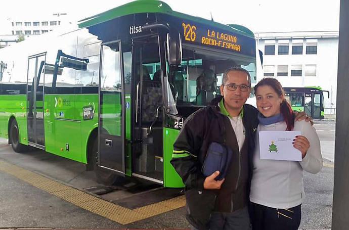 Titsa premia a 150 clientes con bonos, por usar el transporte público