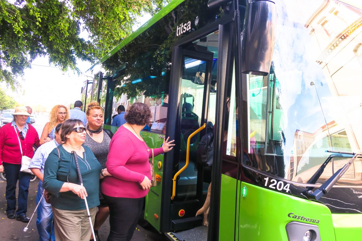 La ONCE destaca los avances en accesibilidad en Titsa