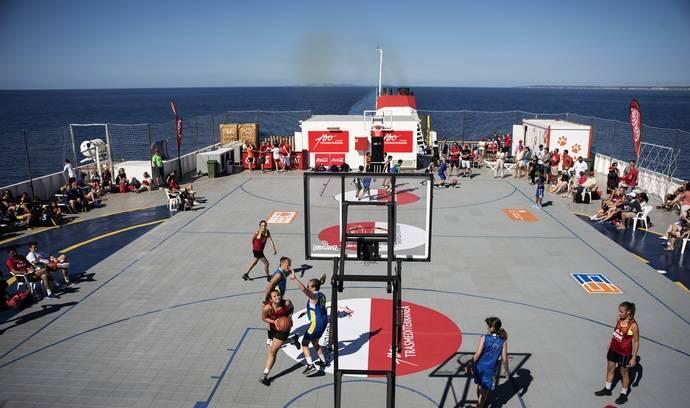 La empresa logística Trasmediterranea acoge el primer torneo 3x3 de baloncesto a bordo