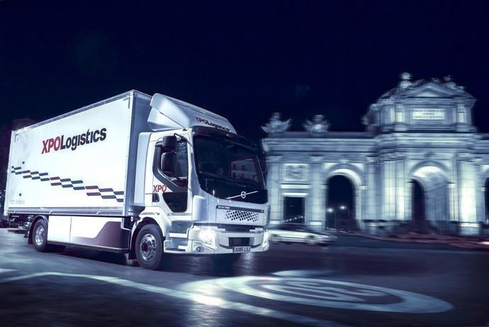 Empieza a circular el primer camión eléctrico de Volvo Trucks en España, de la mano de XPO Logistics e inditex