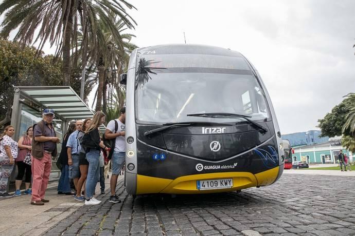 Varios viajeros se suben a un autobús de Guaguas Municipales.